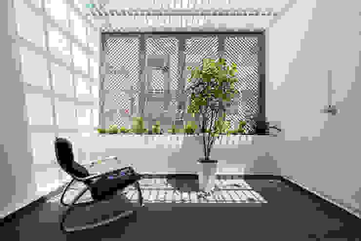 Ban công với cây xanh giúp không gian thoáng đãng. Hiên, sân thượng phong cách châu Á bởi Công ty TNHH TK XD Song Phát Châu Á Đồng / Đồng / Đồng thau