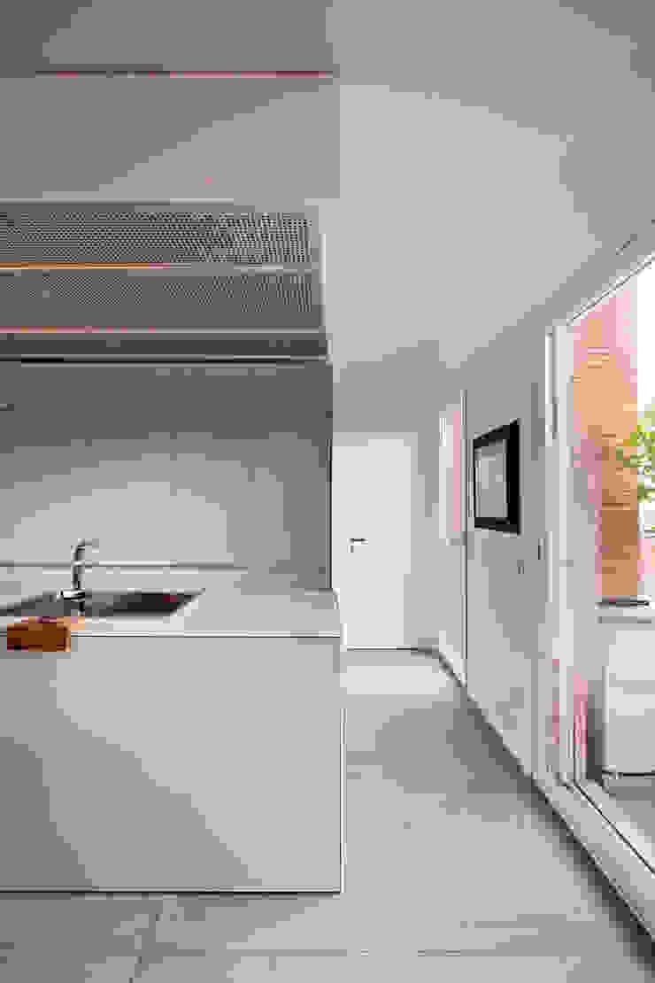 โดย Anomia Studio โมเดิร์น กระจกและแก้ว