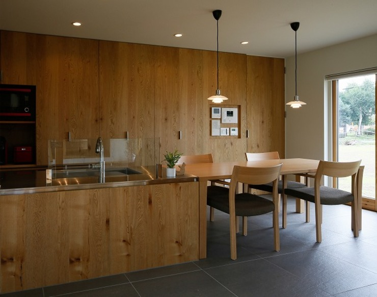 Modern dining room by 株式会社 ATELIER O2 Modern