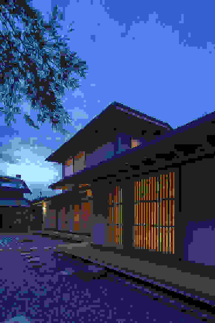 山道勉建築 Casas de estilo escandinavo Madera Azul