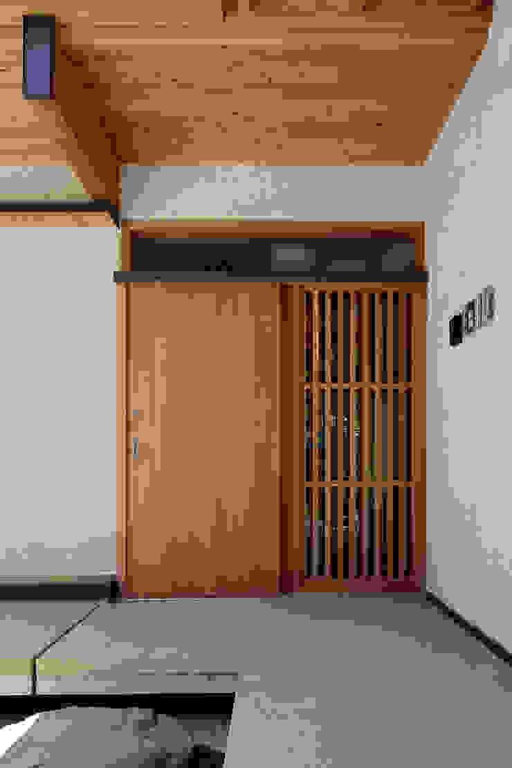 山道勉建築 Puertas de estilo escandinavo Madera Blanco