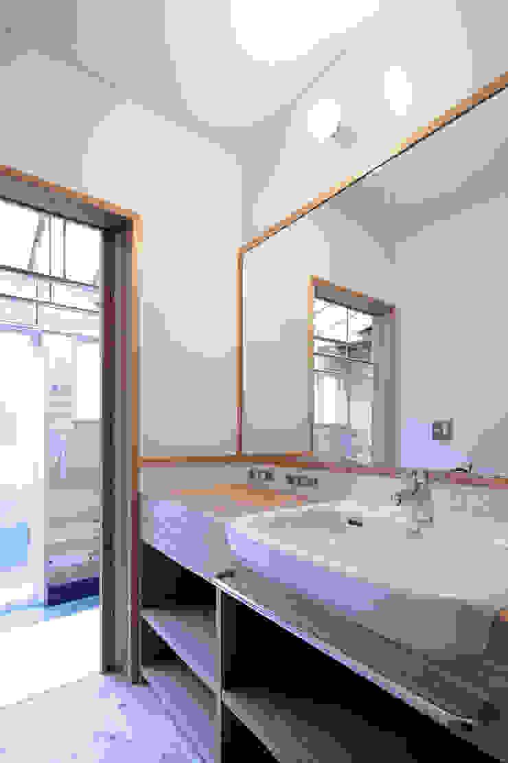 里の家~玖珠万年山の麓 実りある住まい~ 山道勉建築 北欧デザインの キッチン 木 白色