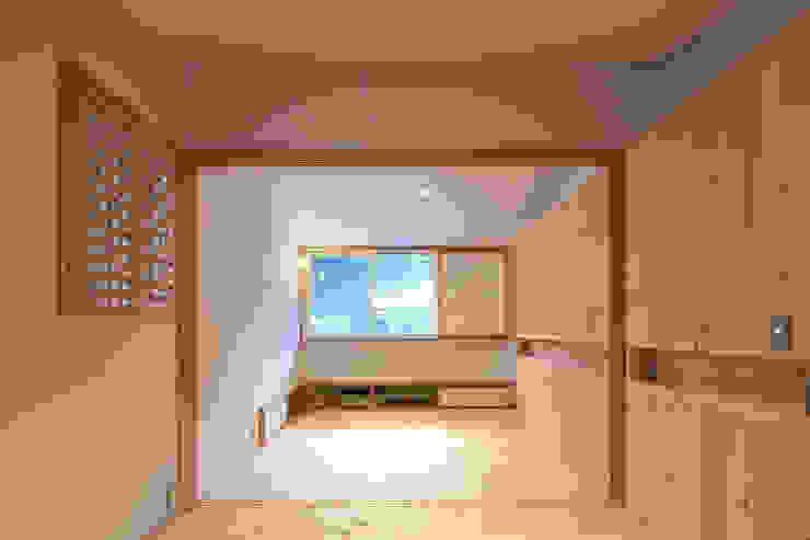 山道勉建築 Dormitorios infantiles de estilo escandinavo Madera Blanco