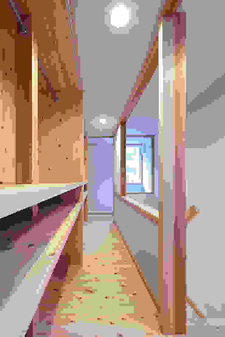 山道勉建築 Puertas y ventanas de estilo escandinavo Madera Blanco