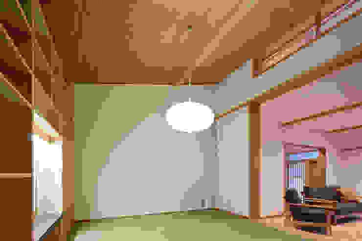山道勉建築 Salones de estilo escandinavo Madera Blanco