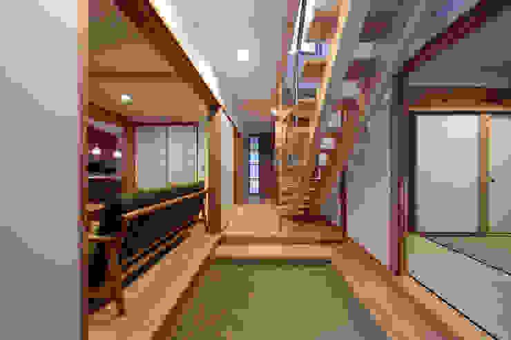 Corredores, halls e escadas escandinavos por 山道勉建築 Escandinavo Madeira Acabamento em madeira