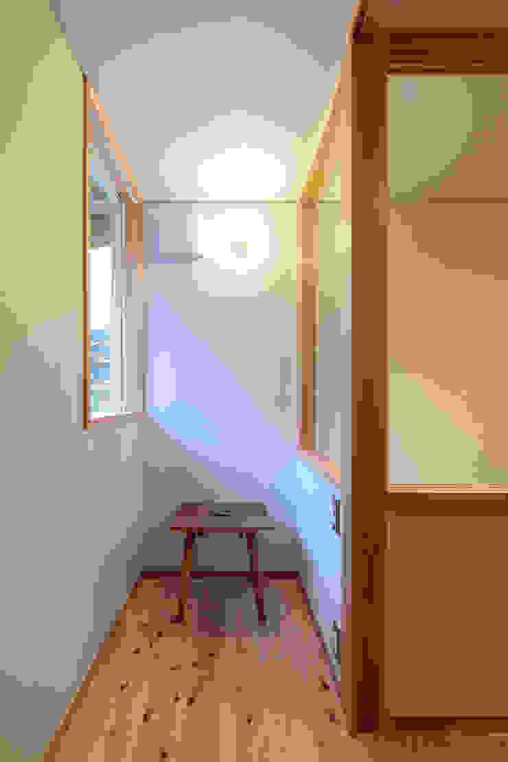 山道勉建築 Vestidores de estilo escandinavo Madera Blanco