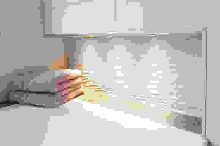 Koch GmbH - Bäder mit Ideen Modern bathroom Tiles Beige