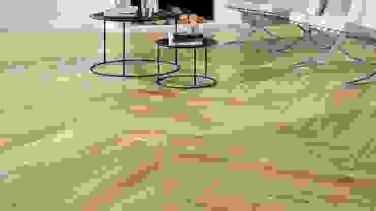 Elegancia e conforto num pavimento de porcelanico a imitar madeira Lizmundo Salas de Banho e Cozinha Pavimentos Cerâmica Castanho