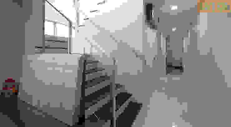 Designer House Pasillos, vestíbulos y escaleras de estilo moderno Madera Acabado en madera