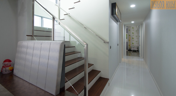 Corridor View Designer House Modern Corridor, Hallway and Staircase Wood Wood effect