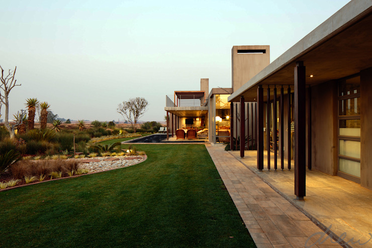 spine wall house:  Patios by drew architects + interiors, Modern