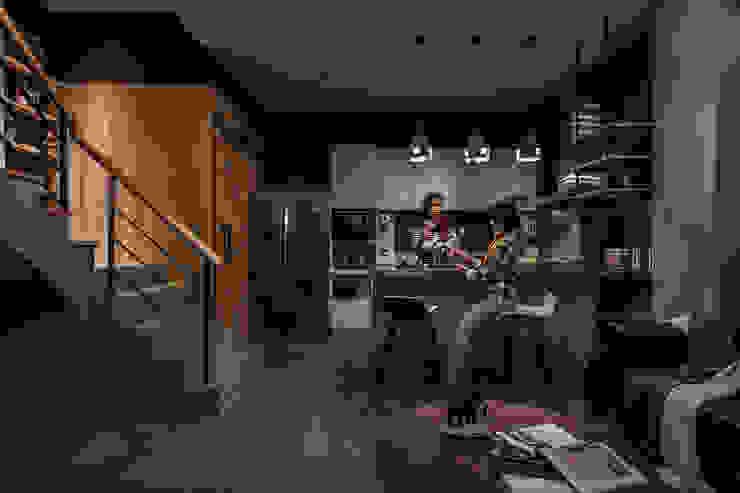 Cuisine intégrée de style  par 漢玥室內設計, Industriel Béton