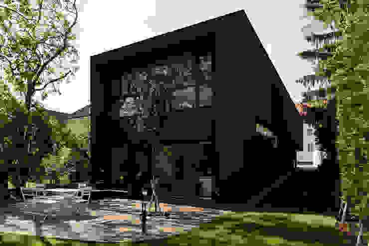 Gartenansicht Minimalistische Häuser von Architekt Zoran Bodrozic Minimalistisch Beton