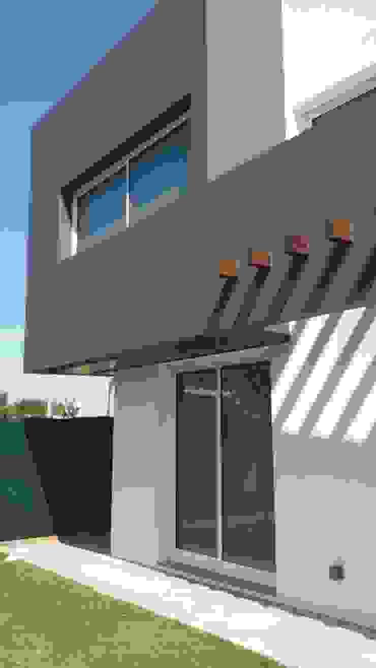 Vista posterior de Estudio A+I Moderno Madera Acabado en madera