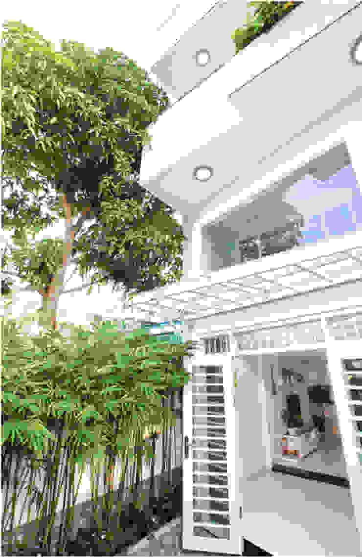 Mặt tiền ngôi nhà phố 2 tầng đẹp bởi Công ty TNHH TK XD Song Phát Châu Á Đồng / Đồng / Đồng thau