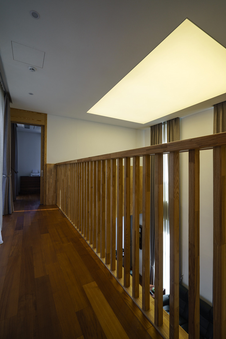 Modern Corridor, Hallway and Staircase by 위즈스케일디자인 Modern Wood Wood effect