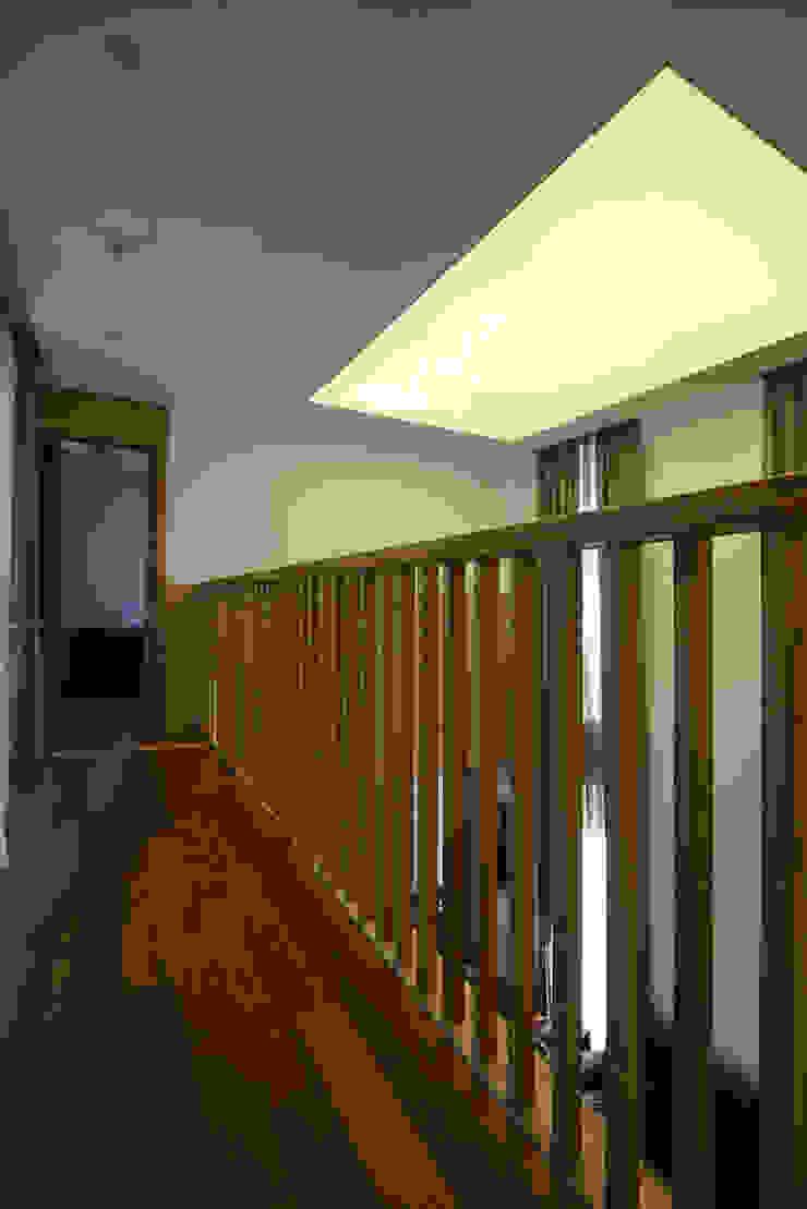Modern corridor, hallway & stairs by 위즈스케일디자인 Modern Wood Wood effect