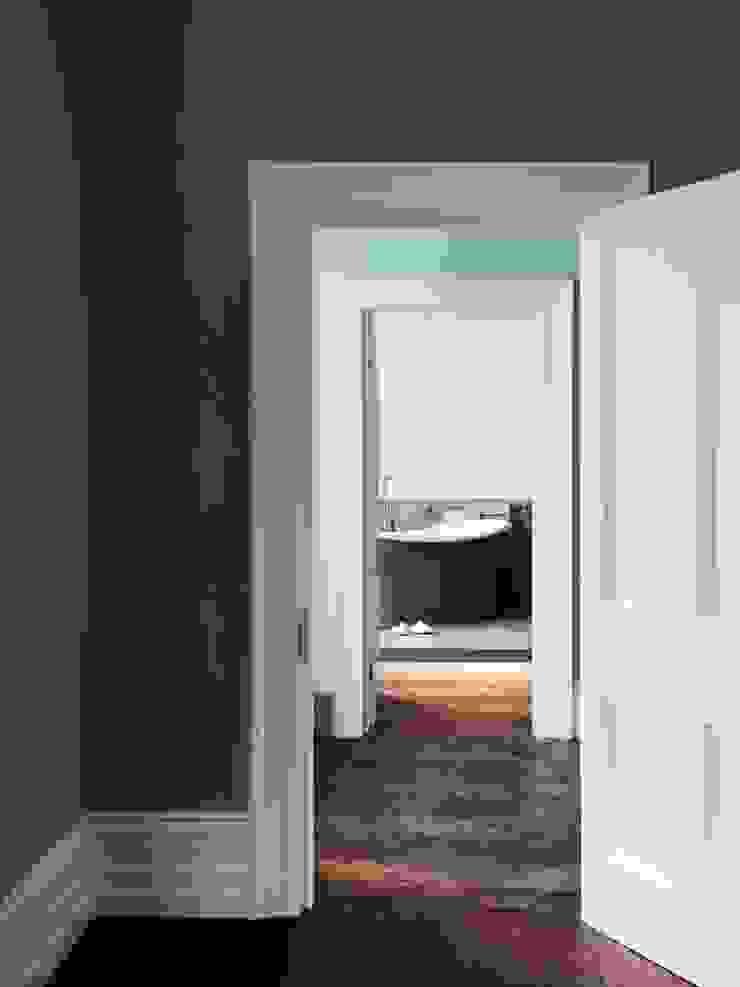 Master bedroom Brosh Architects Habitaciones modernas