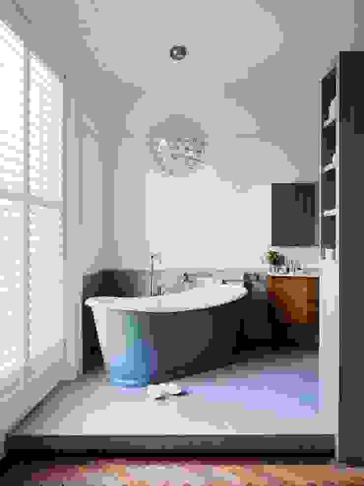 Master bathroom - lights off Brosh Architects Baños de estilo moderno