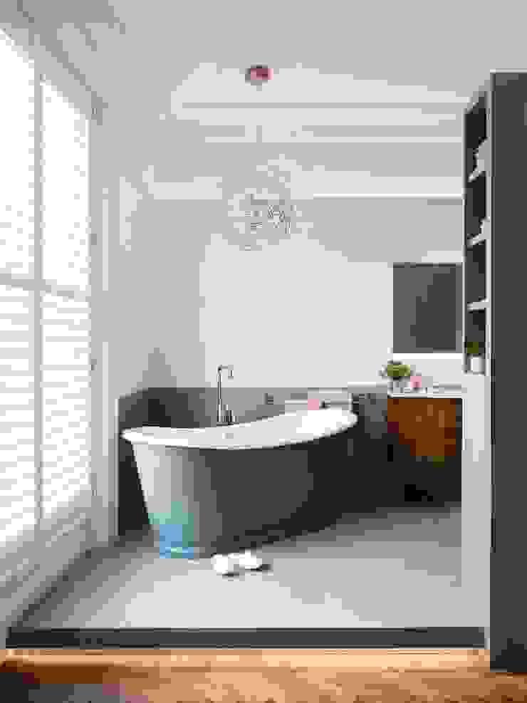 Master bathroom - lights on Brosh Architects Baños de estilo moderno