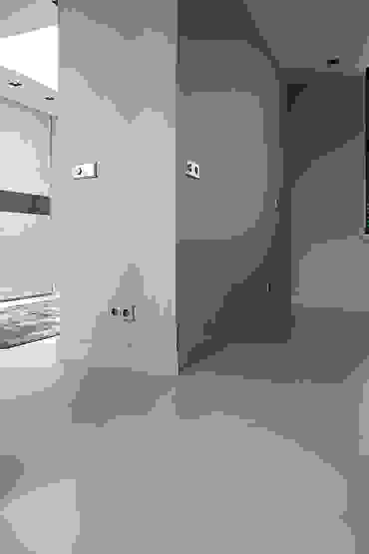Betonlook Gietvloer Moderne gangen, hallen & trappenhuizen van Motion Gietvloeren Modern Kunststof