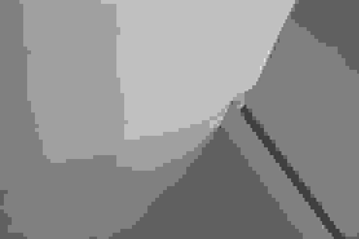 Plintafwerking Naadloze Gietvloer Moderne gangen, hallen & trappenhuizen van Motion Gietvloeren Modern Kunststof