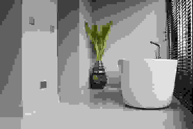 Betonlook Gietvloer in Badkamer Moderne badkamers van Motion Gietvloeren Modern Kunststof