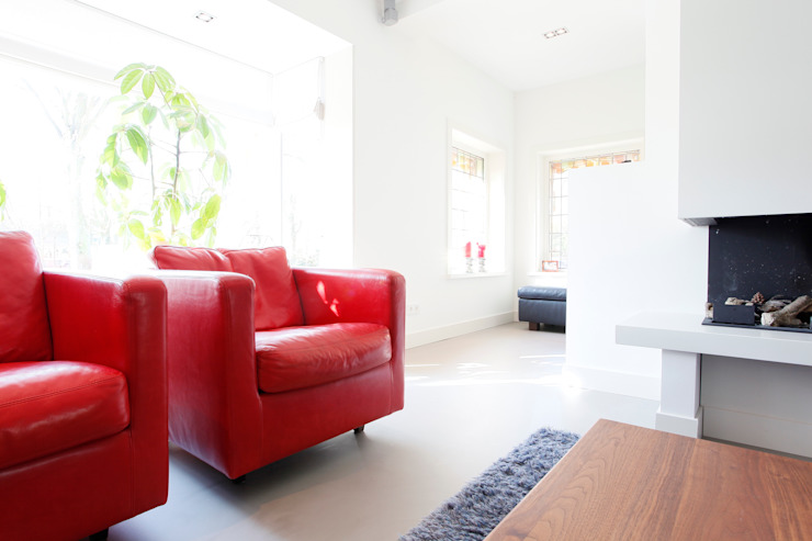 Betonlook Gietvloer in Moderne Woning Moderne woonkamers van Motion Gietvloeren Modern
