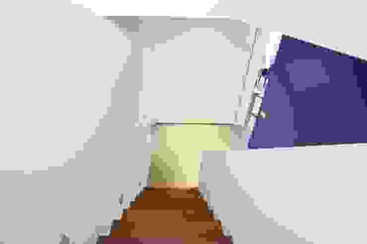 Betonlook Gietvloer in Moderne Woning Moderne gangen, hallen & trappenhuizen van Motion Gietvloeren Modern