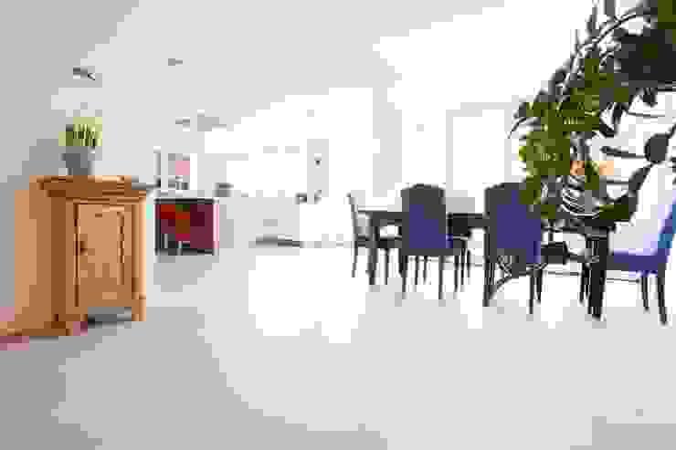 Betonlook Gietvloer in Moderne Woning Moderne keukens van Motion Gietvloeren Modern