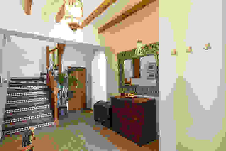 Entrada Pasillos, vestíbulos y escaleras de estilo mediterráneo de Home & Haus | Home Staging & Fotografía Mediterráneo