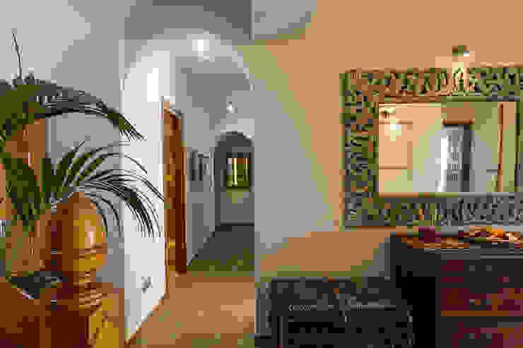 Distribuidor Pasillos, vestíbulos y escaleras de estilo mediterráneo de Home & Haus | Home Staging & Fotografía Mediterráneo