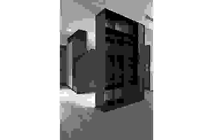 Minimalist corridor, hallway & stairs by Gianluca Bugeia ARCHITETTO Minimalist Iron/Steel