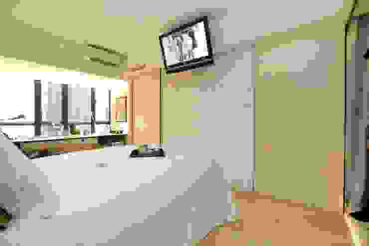 Vantage Park Modern style bedroom by Clifton Leung Design Workshop Modern