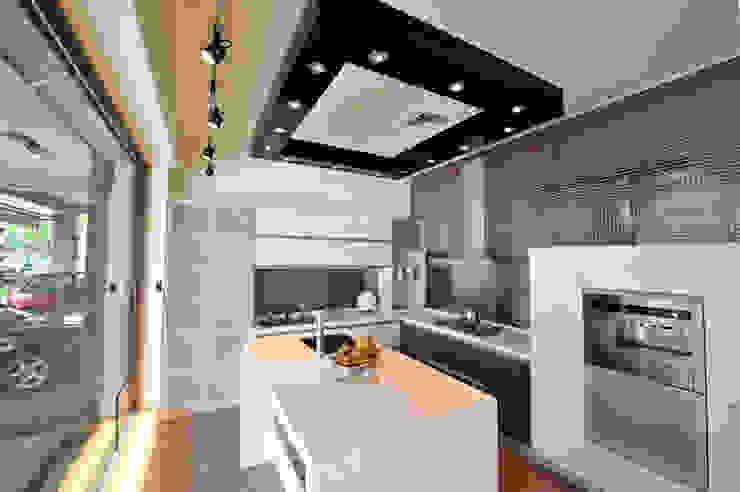 廚具配置 現代廚房設計點子、靈感&圖片 根據 昱閣室內裝修設計 現代風
