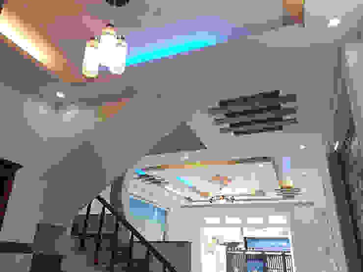 Nhà Ống 2 Tầng Mái Thái 95m2 Thiết Kế Rộng Rãi Hành lang, sảnh & cầu thang phong cách châu Á bởi Công ty TNHH TK XD Song Phát Châu Á Đồng / Đồng / Đồng thau