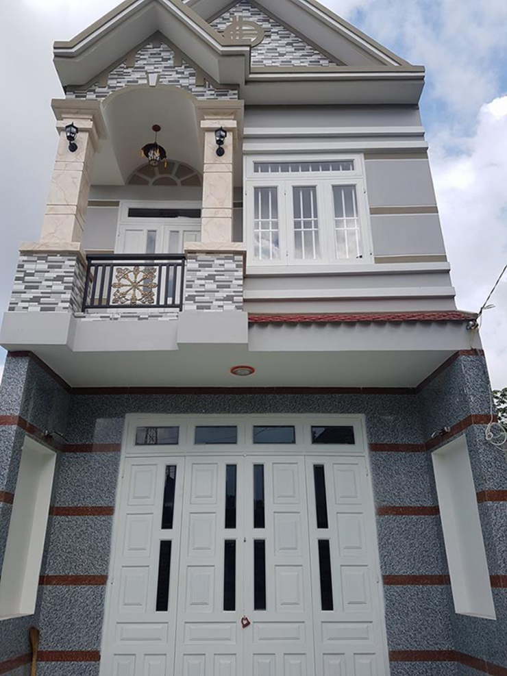 Nhà Ống 2 Tầng Mái Thái 95m2 Thiết Kế Rộng Rãi bởi Công ty TNHH TK XD Song Phát Châu Á Đồng / Đồng / Đồng thau