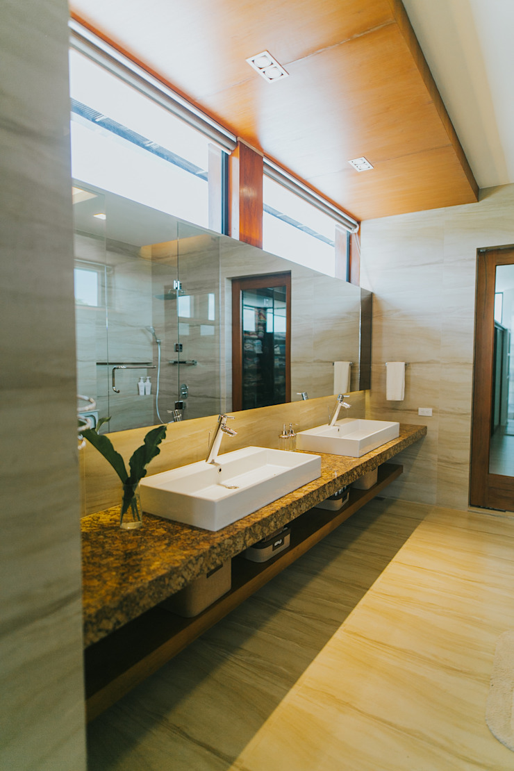 D House Eclectic style bathroom by Living Innovations Design Unlimited, Inc. Eclectic