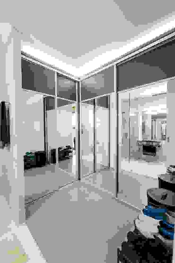 WW House Minimalist dressing room by Living Innovations Design Unlimited, Inc. Minimalist