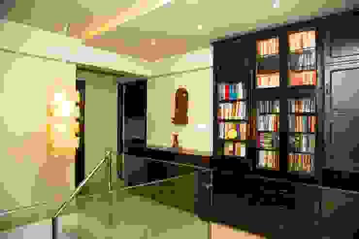 Mrs. Rama Vaidyananath Modern corridor, hallway & stairs by Aesthetica Modern