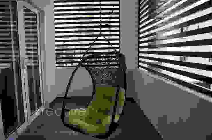 Balcony KREATIVE HOUSE Couloir, entrée, escaliers modernes Bois massif Marron
