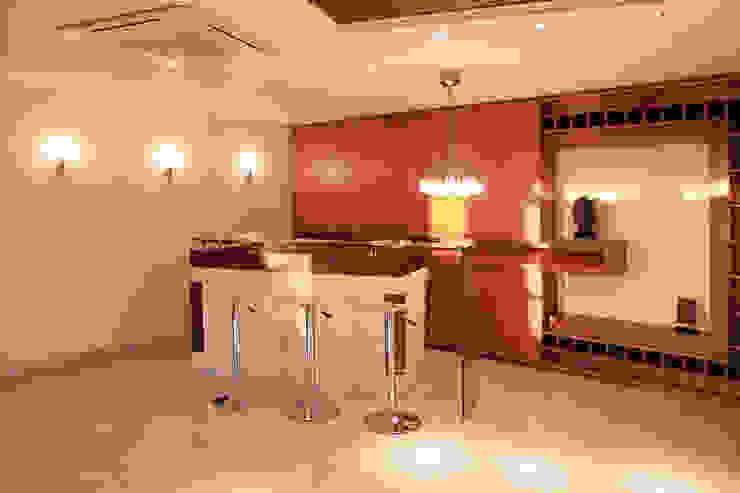 area bar Bodegas de vino de estilo clásico de Arq Renny Molina Clásico