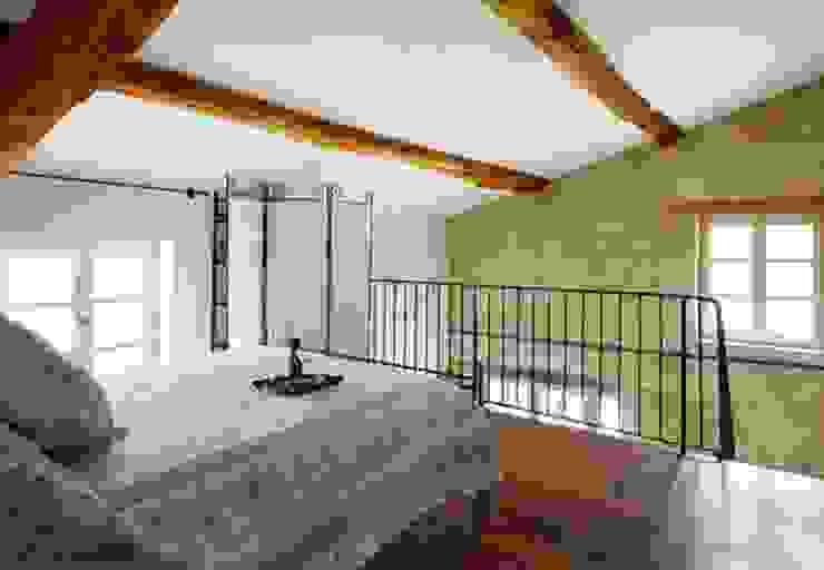 Tầng lửng sát mái làm phòng ngủ riêng tư. Phòng ngủ phong cách hiện đại bởi Công ty TNHH Xây Dựng TM – DV Song Phát Hiện đại