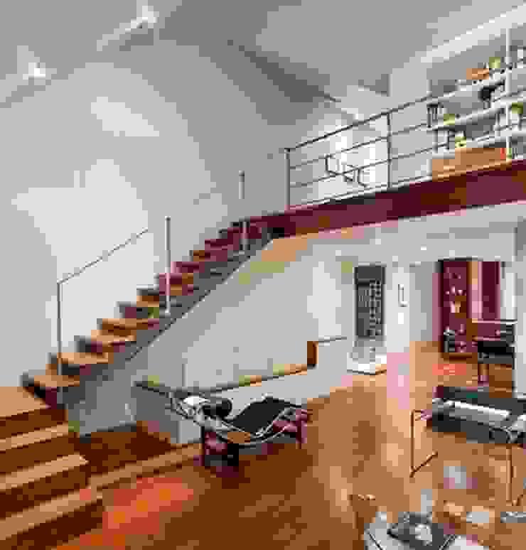 Thiết kế tầng lửng ở phòng khách tạo sự thoáng đãng. bởi Công ty TNHH Xây Dựng TM – DV Song Phát Hiện đại