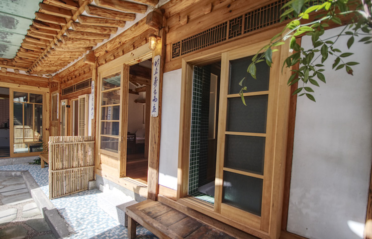 Asian style doors by 참우리건축 Asian