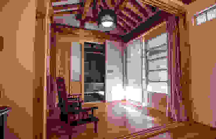 'Hyehwa1938' – korean modern traditional house 아시아스타일 거실 by 참우리건축 한옥