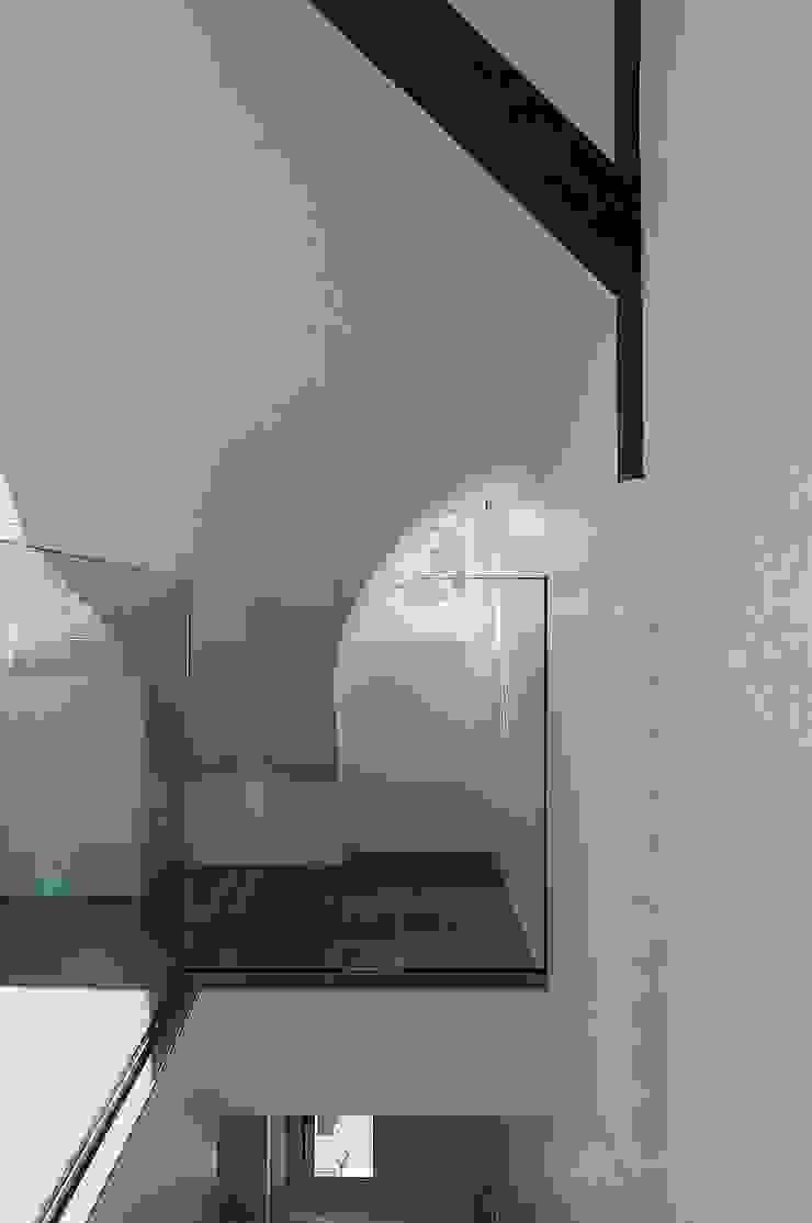 Glasballustrade mit historischem Fenster von schüller.innenarchitektur Minimalistisch Glas