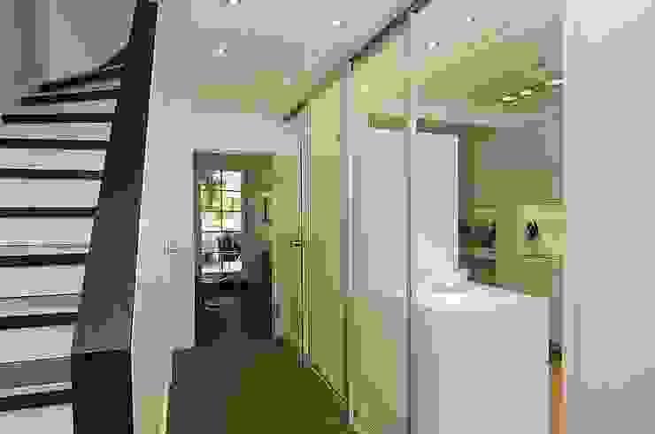 Flur und Diele Minimalistischer Flur, Diele & Treppenhaus von schüller.innenarchitektur Minimalistisch Glas