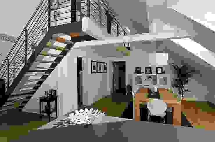 Comedores de estilo moderno de schüller.innenarchitektur Moderno Madera Acabado en madera